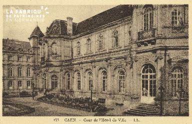 Cl 05 098 Caen- Cour de l'Hôtel de ville