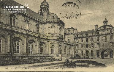 Cl 05 099 Caen- Cour de l'Hôtel de ville - La cour interieure