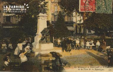 Cl 05 127 Caen- Le monument à Demolombe Square de la Place de la répub