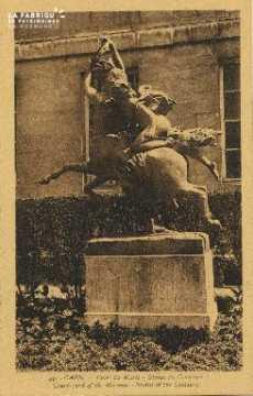 Cl 05 191 Caen- Cour du Musée - Statue du centaure