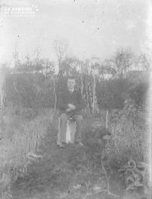 B004 Homme assis dans le jardin