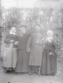 Portrait de trois femmes et un homme