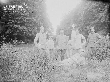 Photographie de groupe, sept militaires posent