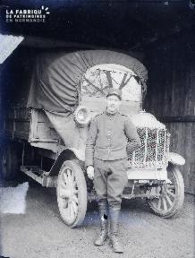 B008 1 militaire devant 1 camion