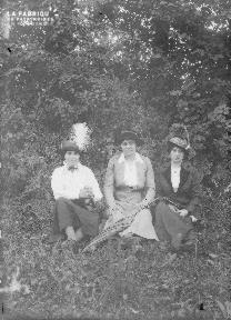 B008 3 femmes assises dans l'herbe