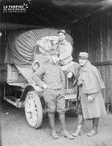 B008 3 militaires devant 1 camion