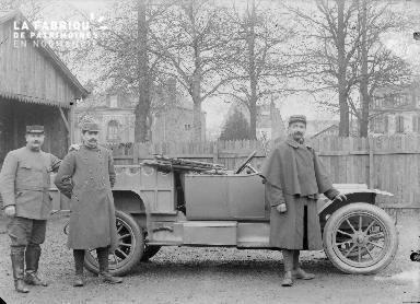 B008 3 militaires et 1 voiture