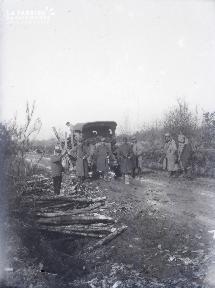 B008 Militaires chargeant du bois