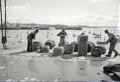 Granville Pêcheurs sur le port