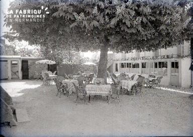 La terrasse sous l'arbre