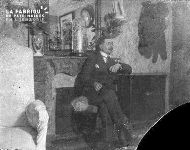 B001 un homme devant une cheminée