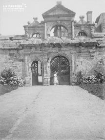 B001 Portail du Chateau de Kerjean