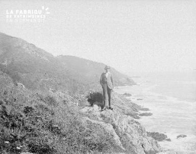 B002 1921 un homme sur une falaise