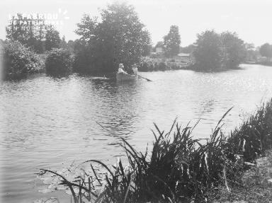 B002 1921 Balade sur la rivière