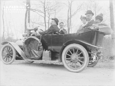 B003 5 personnes dans une automobile