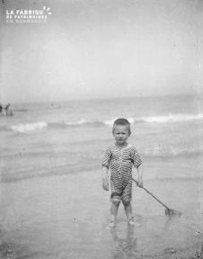 B003 Petit garçon sur la plage