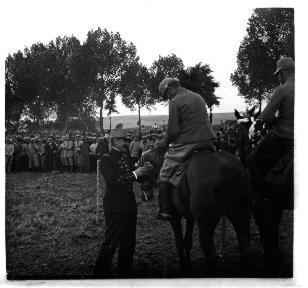 Un général décerne un prix à un cavalier