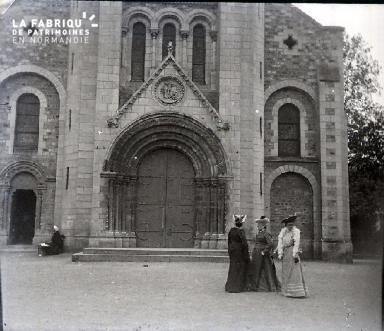 3 femmes sur le parvis d'une église