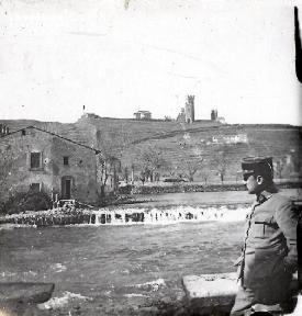 Soldat regardant la rivière