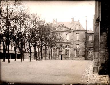 Caen-La cour de l'EN