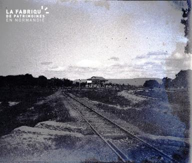 Afrique-Chemin de fer et gare au loin