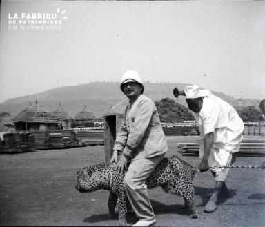 Afrique-Colon assis sur un guépard empaillé