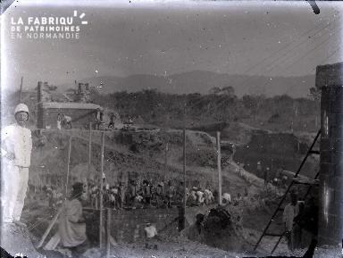 Afrique-Colon devant un chantier