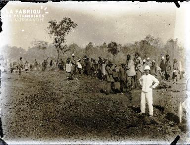 Afrique-Colon et travailleurs africains dans un champ