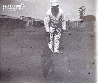 Afrique-Colon jouant avec un lionceau