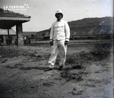 Afrique-Colon posant dans un village africain