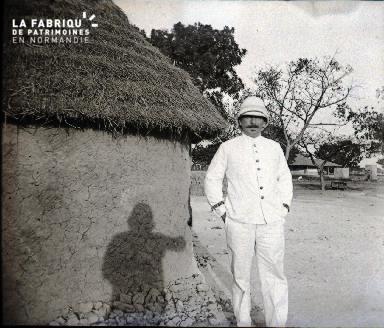 Afrique-Colon posant devant une hutte africaine2