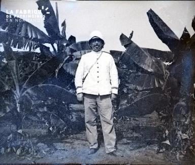Afrique-Colon posant en faisant une grimace