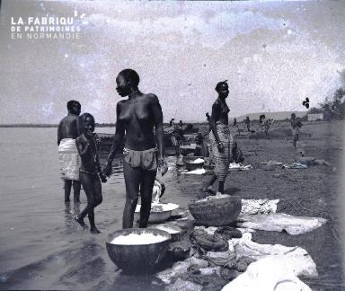 Afrique-Femmes lavant le linge au bord de l'eau2