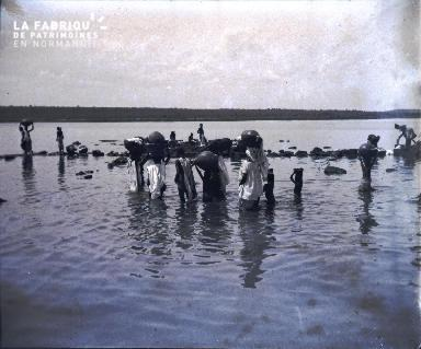 Afrique-Femmes lavant le linge au bord de l'eau3