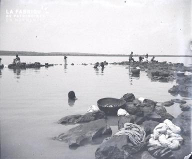 Afrique-Femmes lavant le linge au bord de l'eau4
