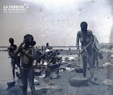 Afrique-Femmes lavant le linge au bord de l'eau5