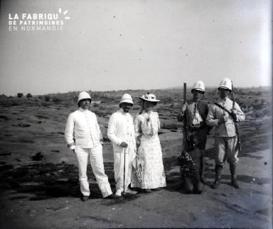 Afrique-Groupe de colons et jeune africain allant à la chasse