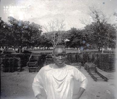 Afrique-Homme devant un dépôt de rails