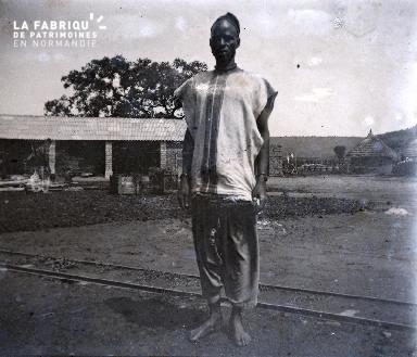 Afrique-Homme posant sur un chemin de fer