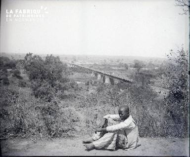 Afrique-Jeune africain, au loin un pont