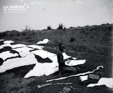Afrique-Jeune africaine faisant des pans de tissu