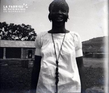 Afrique-Jeune africaine posant