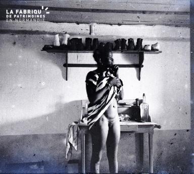 Afrique-Jeune africaine relevant sa robe