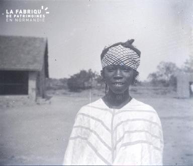 Afrique-Jeune femme posant
