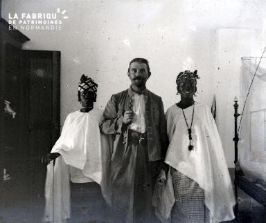 Afrique-Un colon et deux africaines