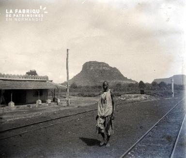 Afrique-Un homme sur le chemin de fer