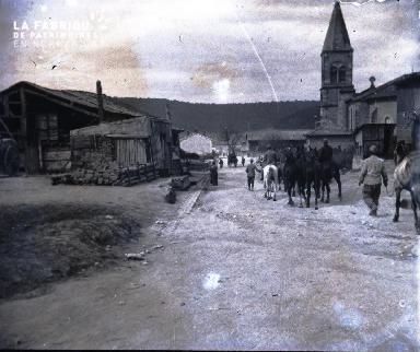 Argonne-La rue principale du village du Neufour en. Août 1916