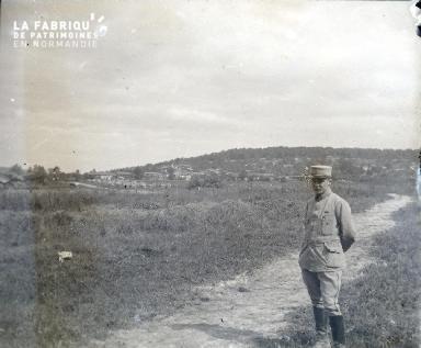 Argonne-Vue du village du Neufour, au 1er plan l'Adjudant Bayo (manque complément d'informations)
