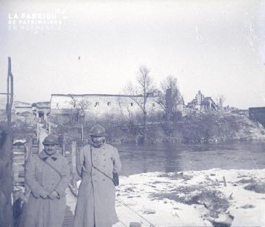Soldats français posant sur les bords de l'Aisne à Berry-au-Bac