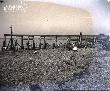 Bord de mer, un enfant sur la plage